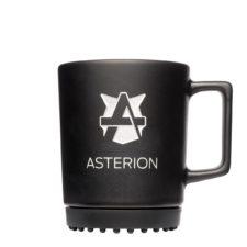 Schwarze Tasse mit schwarzem Pad und weissem Logo