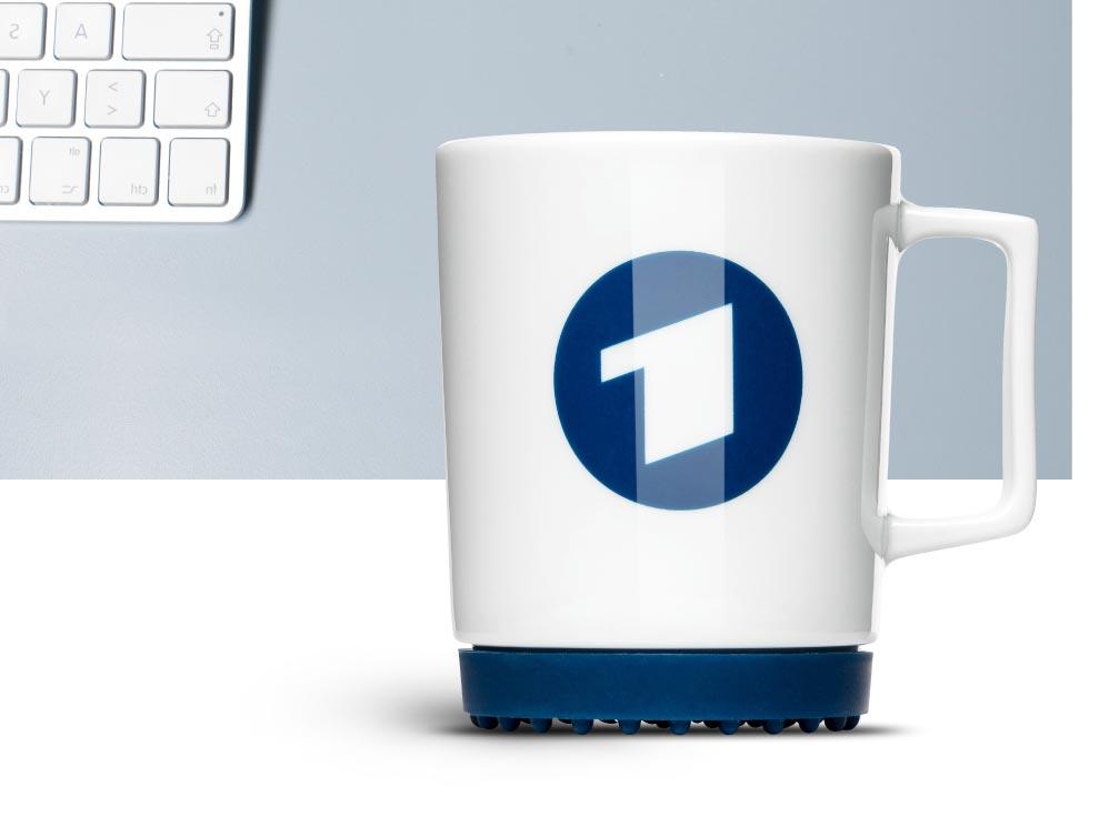 Farbige Tasse bedrucken oder gravieren. Hier für Lufthansa mit der Designtasse Softpad Mug von von Mahlwerck Porzellan