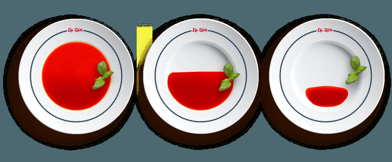 Schiefer Teller von oben gefüllt mit Tomatensuppe - Der Excentra