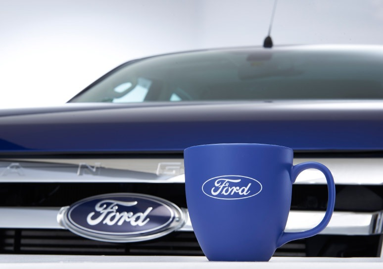 Die Ford Logo Tasse in blau mit Gravur