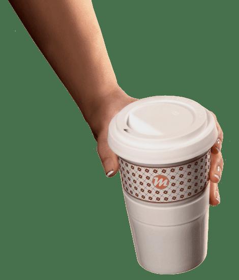 Mahlwerck Coffee-to-go Becher in der Hand